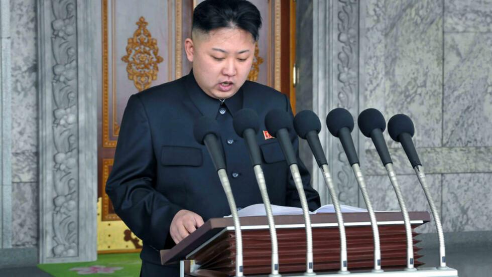 LEDEREN: Bildet er fra da den nordkoreanske lederen Kim Jong-un holdt sin tale under en militærparade for noen dager siden. Foto: REUTERS/KCNA/NTBSCANPIX