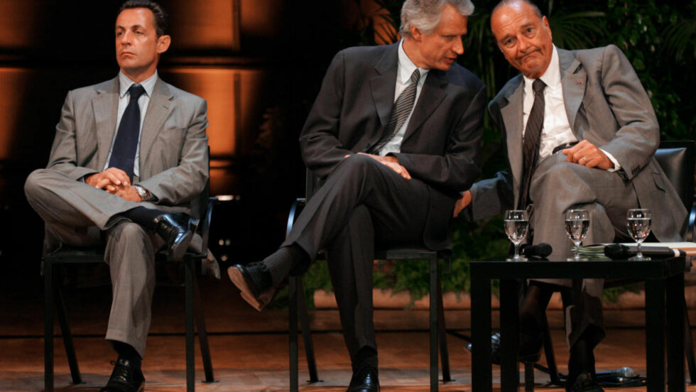 FIENDER: Et blide fra  august 2005 viser daværende innenriksminister Nicolas Sarkozy, daværende statsminister Dominique de Villepin og daværende president Jacques Chirac. Sarkozy har seinere nedkjempet de to andre, og nå nekter Chirac å stemme på sin tidligere «politiske sønn». Foto: AFP/JOEL SAGET