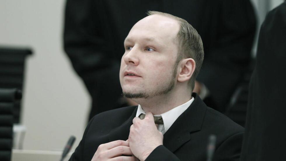 SVARTE UNNVIKENDE: Massemorder Anders Behring Breivik svart på spørsmål om han hadde gitt seg sjøl et eget mandat i dag. Foto: Bjørn Langsem / Dagbladet.