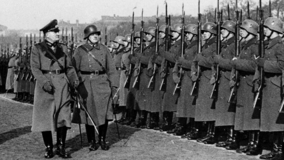 General von Hammerstein var ingen Hitler-venn og gikk av som øverstkommanderende i 1934. Her blir han hedret med en parade. Foto fra boka.