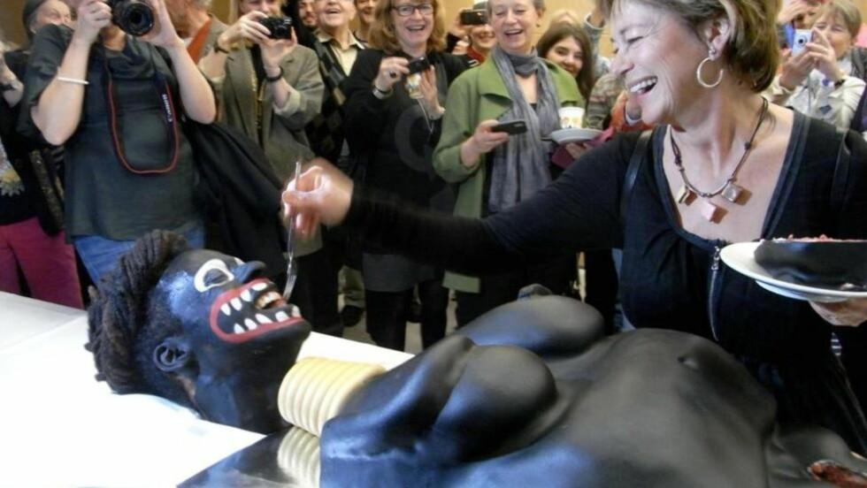 MANGE REAGERTE: Reaksjonene ventet ikke på seg etter at den svenske kulturministeren Lena Adelsohn Liljeroth skar opp en kake som illustrerte en svart kvinne. Foto: Facebook