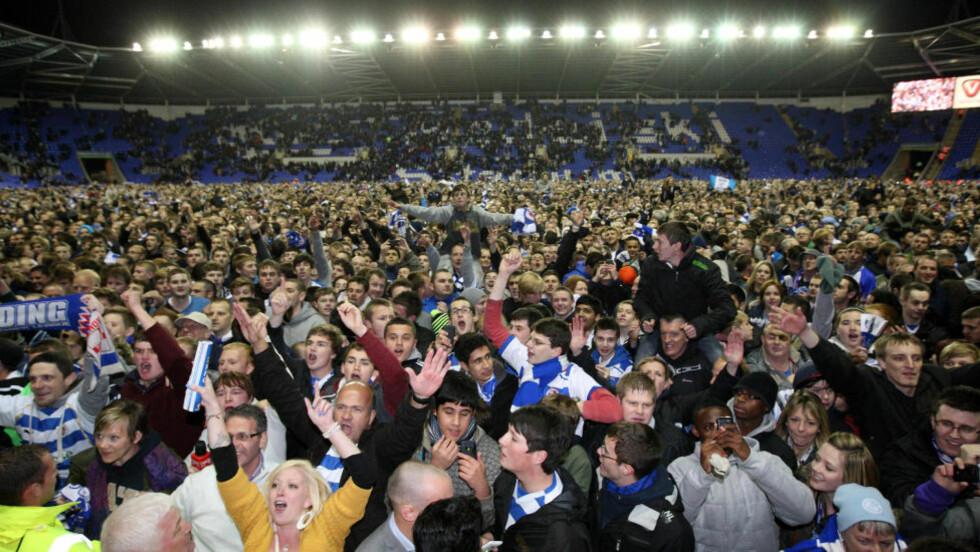 OPPRYKKSFEST: Reading-supporterne invaderte banen etter at returen til Premier League ble sikret i går.Foto: SCANPIX
