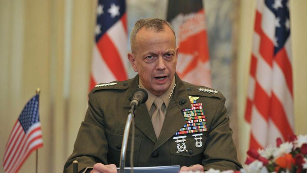 HODELØST: ISAF-general John Allen er en av mange i det amerikanske militæret som fordømmer handlingene som kommer fram i det nye bildematerialet. Der poserer amerikanske soldater med kroppsdeler som skal stamme fra selvmordsbombere. Foto: Massoid Hossaini/AFP/ScanpixNTB