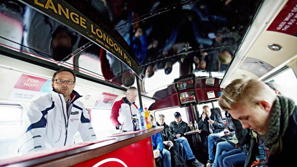 PRESSETREFF: Toppidrettssjef Jarle Aambø og Cato Zahl Pedersen under pressetreffet i i en todekker London buss i forbindelse med OL i London. Foto: Stian Lysberg Solum / Scanpix