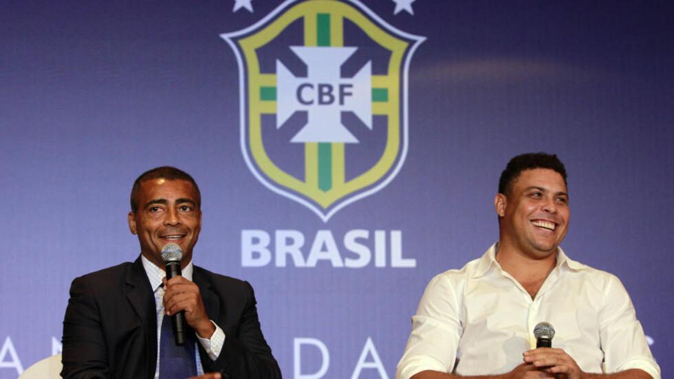 KRITISK: Tidligere fotballstjerne Romario (t.v.) mener dagens Brasil er sjanseløse i VM. Her er han med tidligere spissmakker Ronaldo under et VM-arrangement i desember i fjor. Foto: AP Photo/Victor R. Caivano