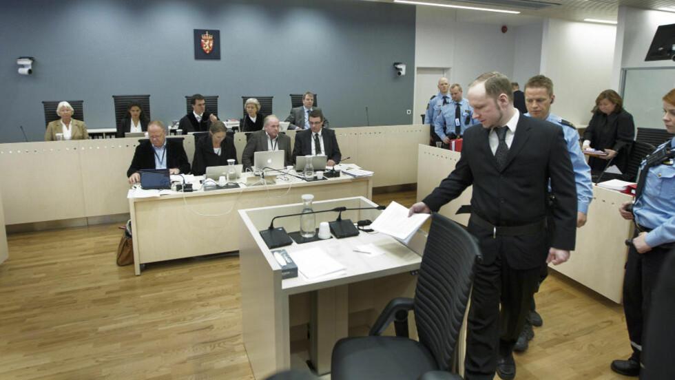 EKSAMINERES: Anders Behring Breivik   blir ført inn i rettsalen etter en pause. Foto: Bjørn Langsem / Dagbladet.