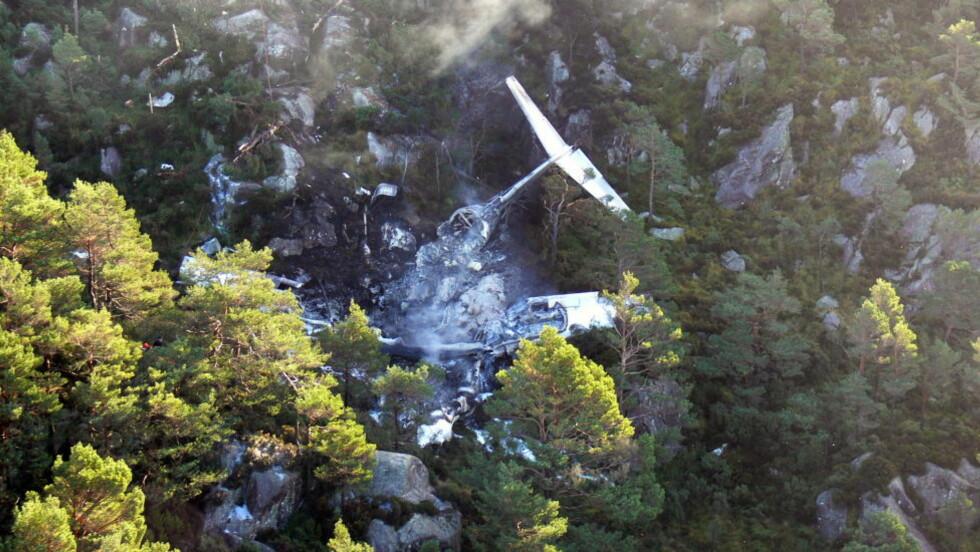FLYULYKKE: Et Atlantic Airways-fly havarerte etter landing på Sørstokken flyplass på Stord i 2006. Vraket tok fyr og brant helt ut. Nå er den endelige rapporten om ulykken kommet. Foto: 330-skvadronen/Forsvaret/NTBscanpix  NB. Bildet MÅ krediteres 330-skvadronen ved bruk