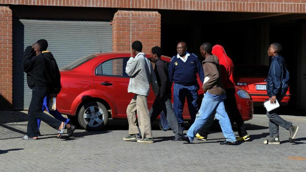 SYV SIKTEDE: Brutal gjengvoldtekt ryster Sør-Afrika. Her er de syv siktede i saken, som skal ha filmet voldtekten av en 17-årig tilbakestående jente. Guttene kan bli dømt til livsvarig fengsel. Foto: CHRIS COLLONGRIDGE / AFP PHOTO / NTB SCANPIX