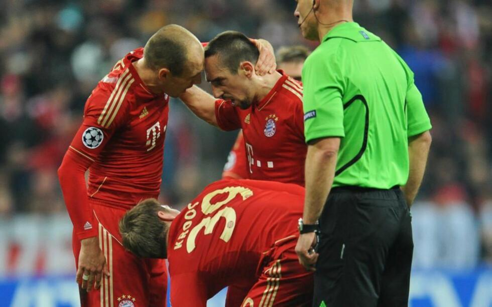 KRANGLET: Arjen Robben og Franck Ribery begynte å krangle med hverandre da Bayern München fikk frispark like før pause mot Real Madrid. Det endte med at Toni Kroos tok det, men konflikten mellom de to stjernene fortsatte og skal ha toppet seg med et basketak etter kampslutt. Foto: EPA/ANDREAS GEBERT