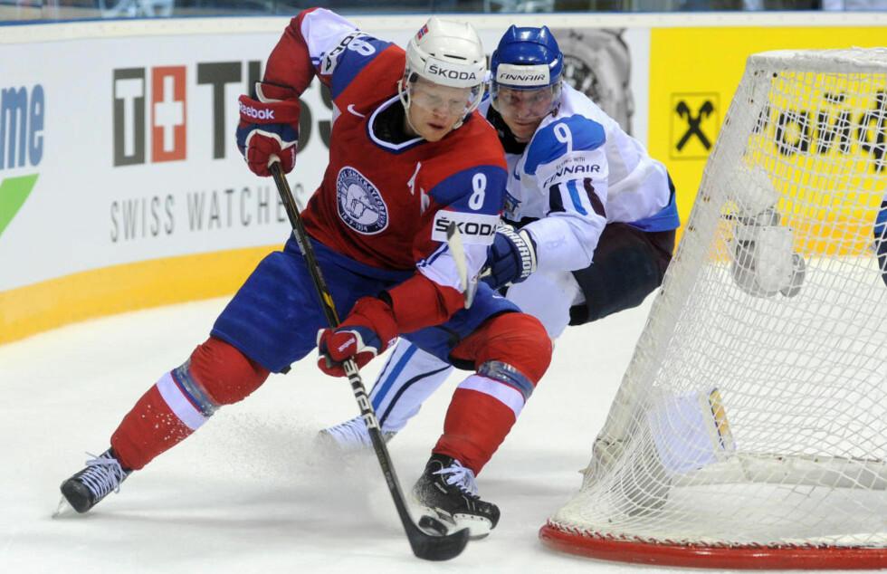 VANT SM-GULL: Mads Hansen og Brynäs er svenske ishockeymestere etter 2-0 i den sjette finalekampen mot Skellefteå. Foto: AFP PHOTO/SAMUEL KUBANI