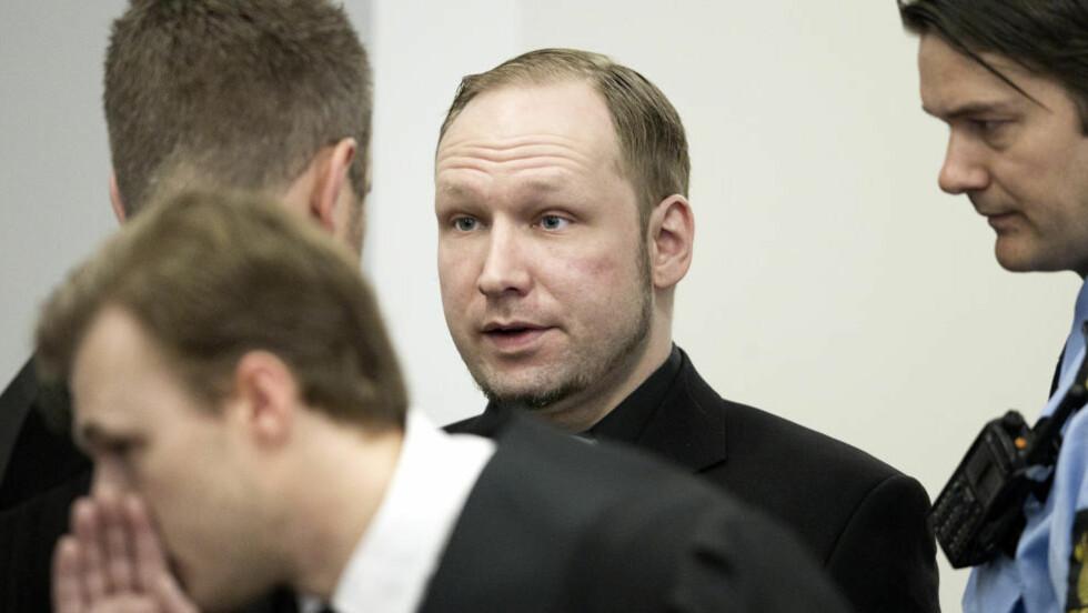 TILREGNELIG? Anders Behring Breivik ankommer retten med nytt slips og ny svart skjorte i dag. Hovedspørsmålet under rettssaken er om han er tilregnelig eller ikke. Foto: Bjørn Langsem / Dagbladet.  fredagsbilde