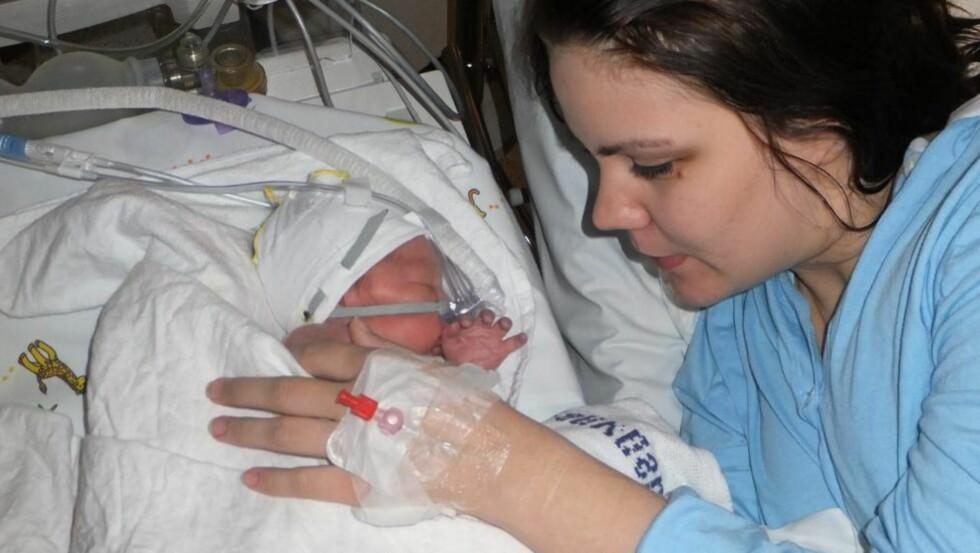 FØRSTE MØTE: Mammas første møte med lille Tobias, seks timer etter fødsel.  Foto: privat