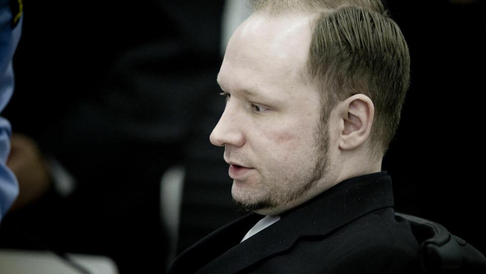 I VITNEBOKSEN: Anders Behring Breivik famlet etter ord i vitneboksen. Foto: Bjørn Langsem / Dagbladet.  Bestebilder Langsem