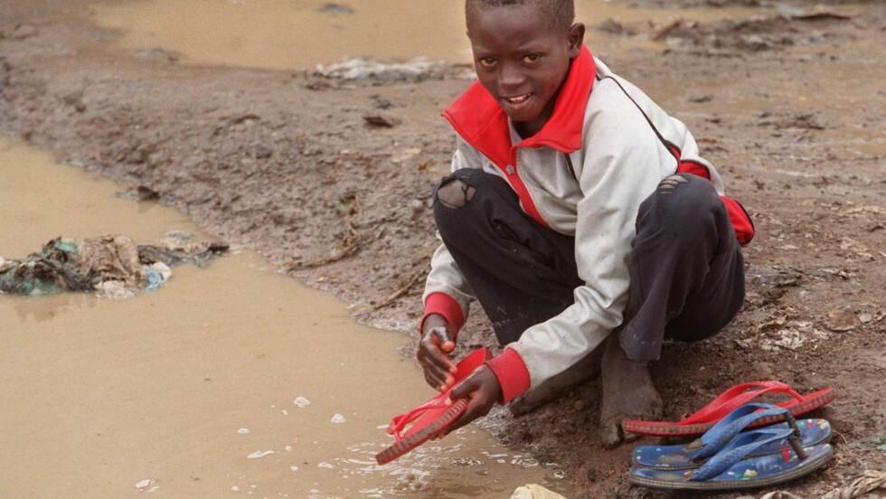 LITE RENT VANN: Ungene utenfor Nairobi i Kenya har vann, men det er ikke rent. Foto: NTB/Rune Petter Ness
