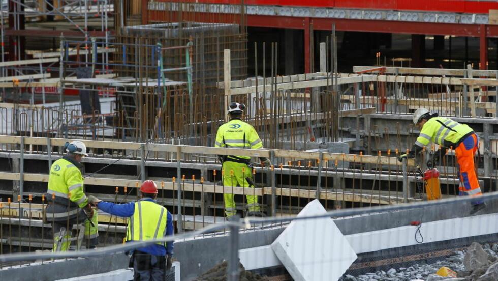 IKKE STREIK: Partene ble enig på overtid, dermed fortsetter arbeidet som normalt på landets byggeplasser. FOTO: Håkon Mosvold Larsen / Scanpix