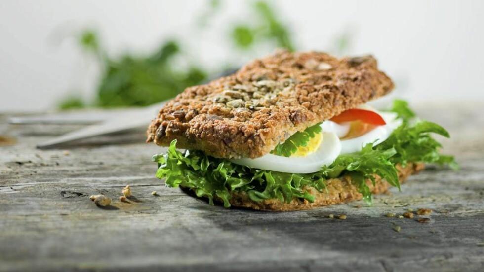 MED NØTTER: Oppskriften på denne valnøttsandwichen holder til 20 små eller 12 store rundtykker.  Foto: Arild de Lange Nilsen (www.cornells.no)