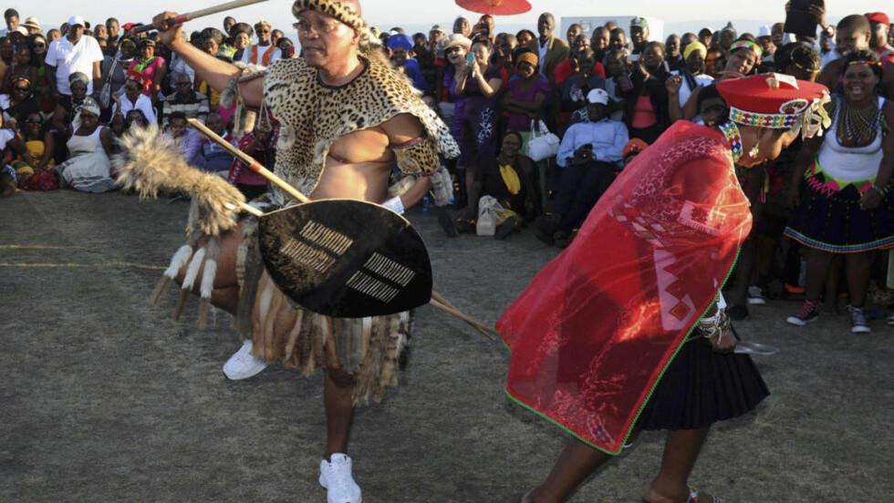SVINGTE SEG: President Jacob Zuma og forretningskvinnen Bongi Ngema svingte seg i dansen under bryllupsseremonien i provinsen. Foto: Reuters/Elmond Jiyane/GCIS/Scanpix