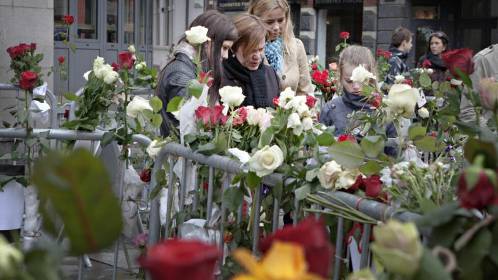 MINNES DE DØDE:  Det var mange blomster utenfor Oslo tinghus i ettermiddag. Foto: Live Olsen Bones / Dagbladet