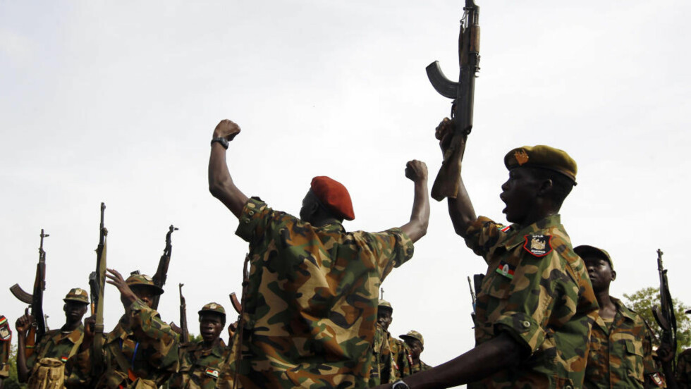 ANGREP: Her holder Sør-Sudans SPLA-soldater sine våpen høyt på en militærbase i Benitu i går. Foto: REUTERS/Goran Tomasevic/NTBScanpix