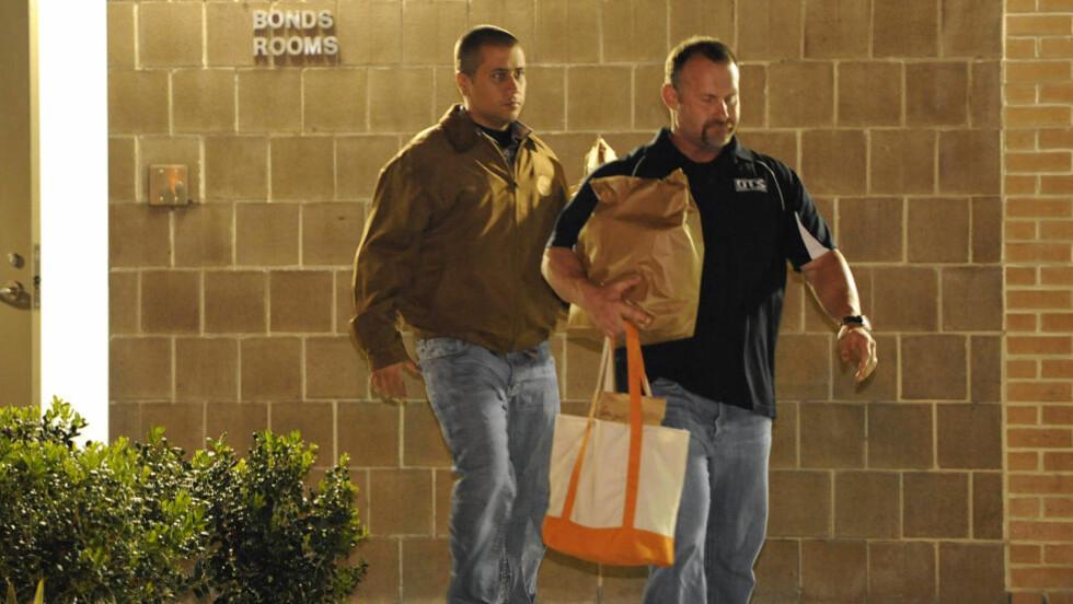 LØSLATT MOT KAUSJON: George Zimmerman (tv), nabolagsvakten som drepte tenåringsgutten Trayyon Martin i Florida, er løslatt etter å ha betalt 150 000 dollar i kausjon. Foto: BRIAN BLANCO / AP PHOTO / NTB SCANPIX