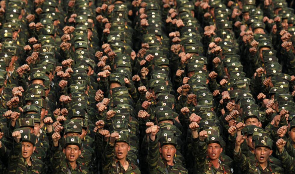 SOLDATER: Nordkoreanske soldater ropte slagord til ære for Kim Il-sung i Pyongyang i Nord-Korea på fredag. Foto:AP Photo/Ng Han Guan/NTBScanpix