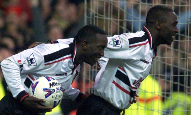 REKORD: Andy Cole (høyre) og Dwight Yorke feirer etter å ha scoret mot Nottigham Forest i en rekordkamp. Foto: Dan Chung    REUTERS