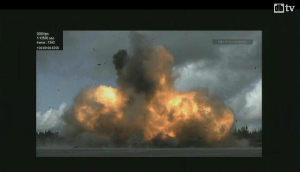 BOMBE: Dette er en eksplosjon rigget av politiet for å gjenskape bomben som gikk av utenfor regjeringskvartalet 22. juli i fjor. Foto: skjermdump.