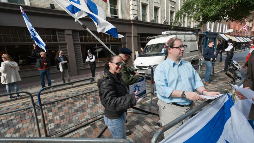 BRYR SEG IKKE: Roberta Moore på en pro-Israel-demonstrasjon i 2010. Hun er den kontroversielle tidligere lederen i English Defence Leagues jødiske fløy. Jeg skriver ikke for å tilfredsstille venstrevridd presse, skrev hun etter at Dagbladet tok kontakt. Foto: Demotix