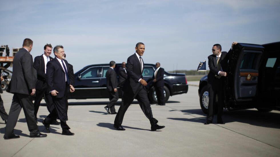 TONER NED: USAs president Barack Obama går til bilen, omringet av Secret Service agenter. Bildet er fra 18 april i år, og agentene på bildet er tilfeldige. Foto: REUTERS/Jason Reed/NTBScanpix