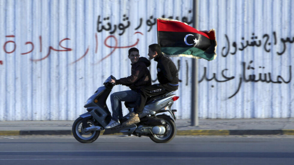 LIBYA: To unge gutter sitter på en skuter under feiringen av jubileet til 17. februar-revolusjonen i Tripoli. Foto: REUTERS/Ismail Zitouny/NTBScanpix