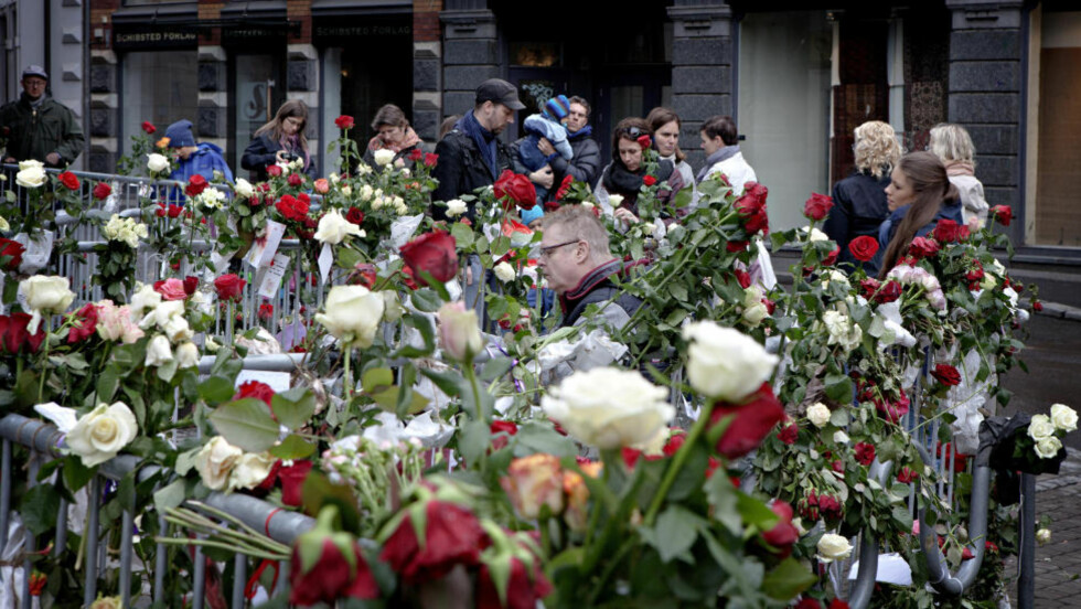 ROSEHAV: Mange osloborgere legger ned roser foran Tinghuset, der rettsaken mot Anders Behring Breivik pågår. Foto: Live Olsen Bones / Dagbladet