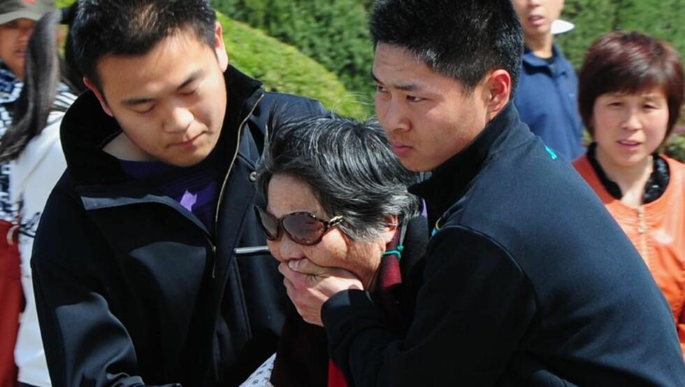 DEMONSTRASJON: En eldre kvinne blir arrestert utenfor Folkets store hall i Beijing etter å ha demonstrert mot arrestasjonen av Bo Xilai. Foto: AFP/NTBscanpix