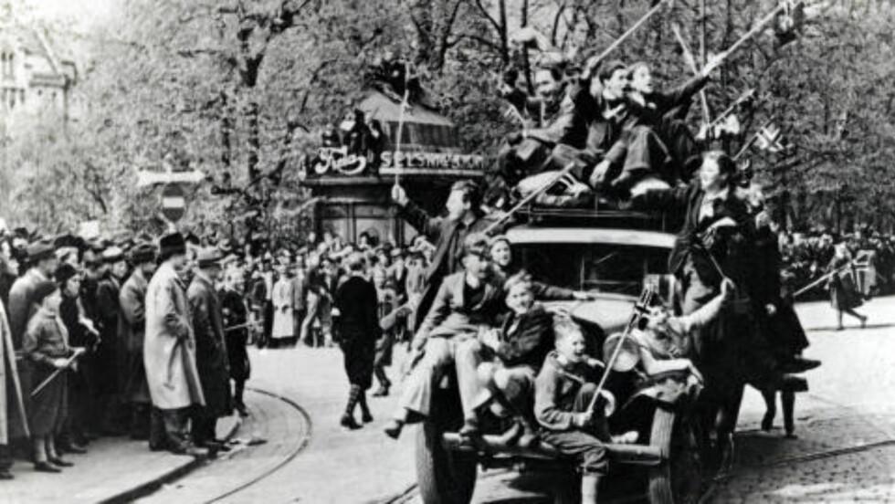 FREDSDAGENE I 1945: - Jeg ønsker at kommende generasjoner skal beholde det bildet etterkrigsgenerasjonen har av frigjøringen: kongen, kronprinsen, norske motstandsmenn og jublende folkemasser, sier Christian Bugge Hjorth. Foto: NTB / Scanpix