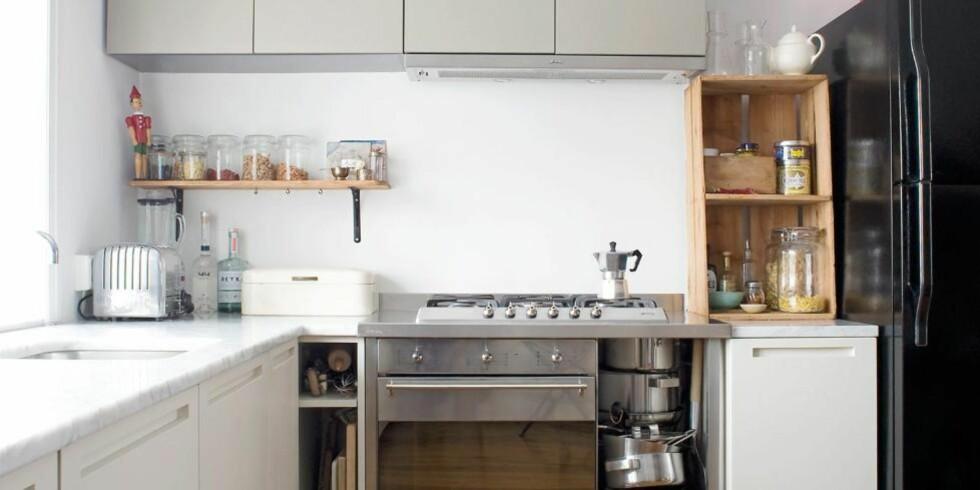 RAFFINERT OG RÅTT: Kjøkkeninnredningen er fra italienske Boffi. Jaffa-kassen sto på gaten og skulle kastes. Det svarte kjøleskapet er fra Maytag. Foto: Elisabeth Hilde