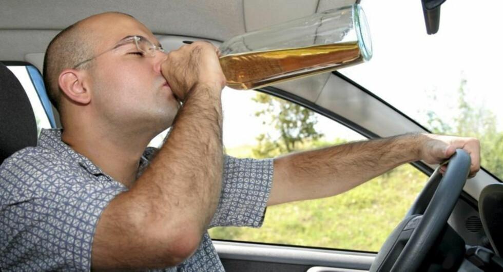 FYLLEKJØRING: Du ville forhåpentligvis holde deg langt unna bilen etter et par-tre halvlitere. Studien viser imidlertid at ekstremt behov for å tisse gir mange av de samme effektene. Foto: Crestock