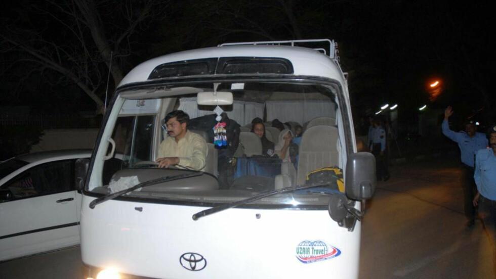 DEPOTERT: Familien til Osama bin Laden ble depotert fra Pakistan til Saudi-Arabia, etter eget ønske. Her i bilen på vei til flyplassen. Foto: KHAQAN KHAWER / EPA / NTB SCANPIX