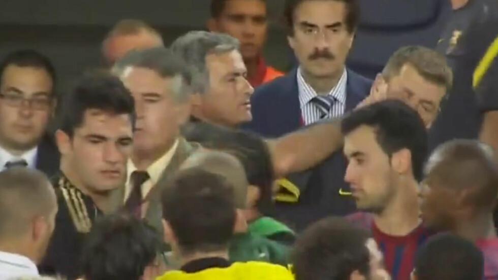 FIKK FINGER'N: Jose Mourinho stikker hånda opp i ansiktet på Tito Vilanova under tumultene på overtid i den andre supercup-finalen i august. Skjermbilde: Canal+