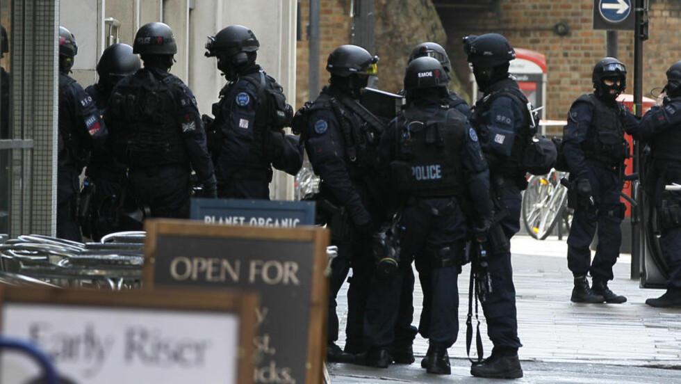 DRAMA: Væpnet politi har arrestert en mann som skal ha tatt flere gisler i London mens han truet med å sprenge seg selv Foto: Kirsty Wigglesworth/AP