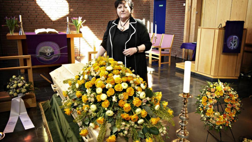 VED KISTA: Her er Anne B. Ragde ved morens kiste like før begravelsessermonien i Fossum kirke på Stovner i Oslo. Foto: Lars Eivind Bones / Dagbladet