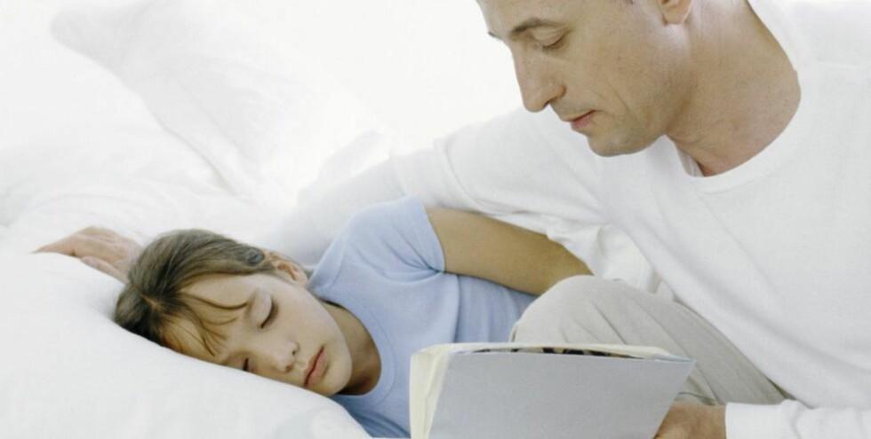 LEGGERITUAL: Barn som blir lest for eller leser selv som en del av leggeritualet, sover lenger. ILLUSTRASJONSFOTO: Colourbox.com