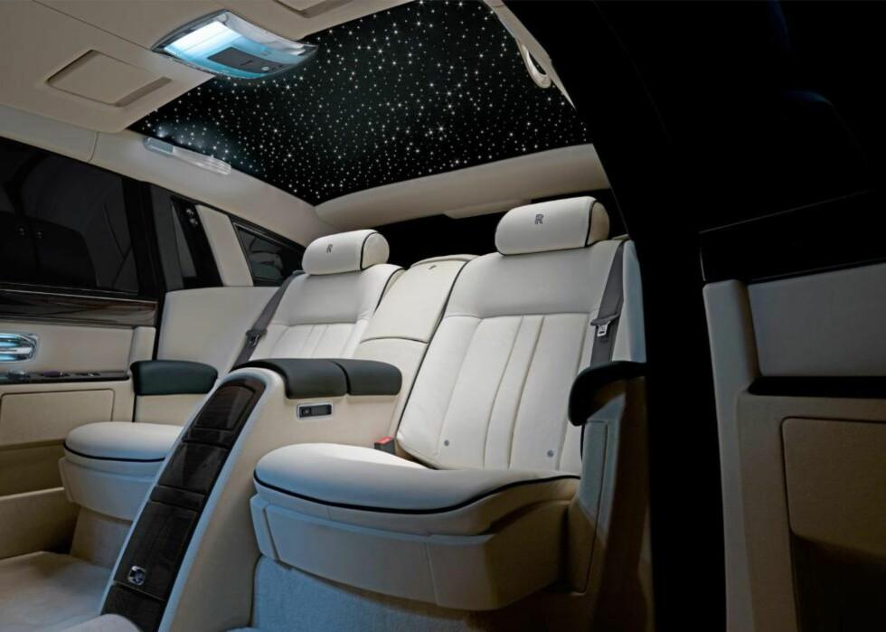 STJERNEKLART? Phantom tilbyr en ikke helt ekte stjernehimmel, laget av 1600  fiberoptiske lys. Foto: Rolls-Royce