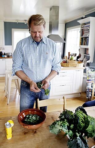 RÅTT OG GODT: Bonde Per Odd Gjestvang lar kålen ligge litt og godgjøre seg i olje og sitron før han tar i resten av ingrediensene i salaten. Foto: KRISTIN SVORTE