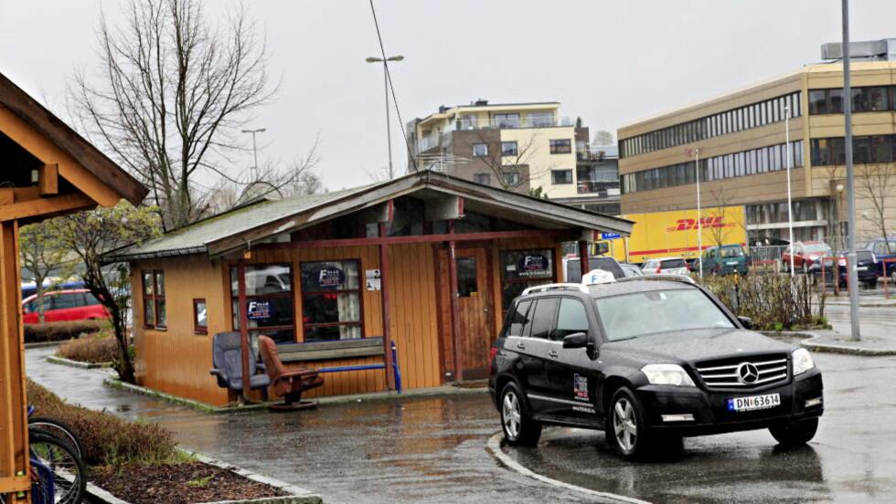 ÅSTEDET: Offeret skal ha blitt skutt like bak denne taxiholdeplassen på Ås jernbanestasjon. Foto Jacques Hvistendahl
