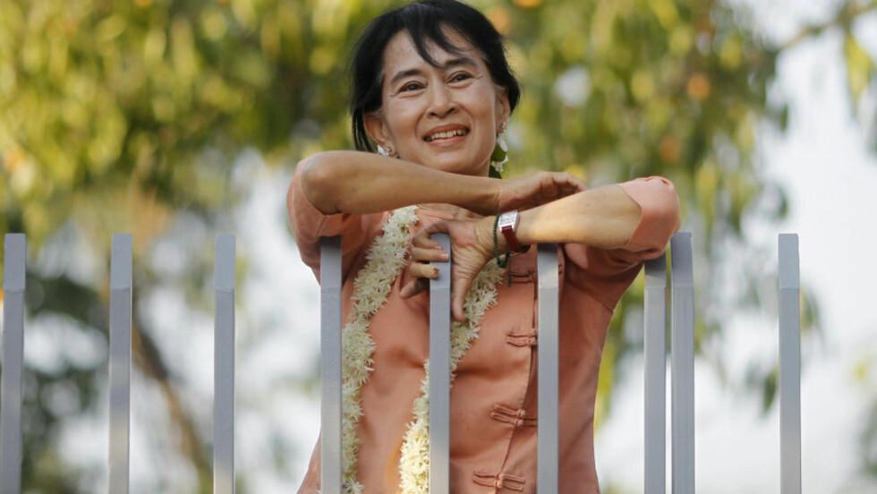 BEGRAVER STRIDSØKS: Aung San Suu Kyi er folkevalgt, og møter onsdag for første gang i parlamentet etter en strid om edsavleggelse.REUTERS/Soe Zeya