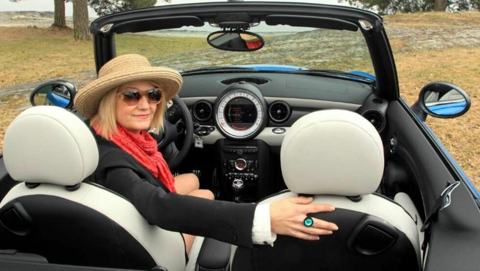 FORSTÅR VALGET: Journalist og bilentusiast Siw Charlotte Teigland forstår hvorfor jentene velger små biler. Foto: Egil Nordlien HM Foto/Alt for Damene