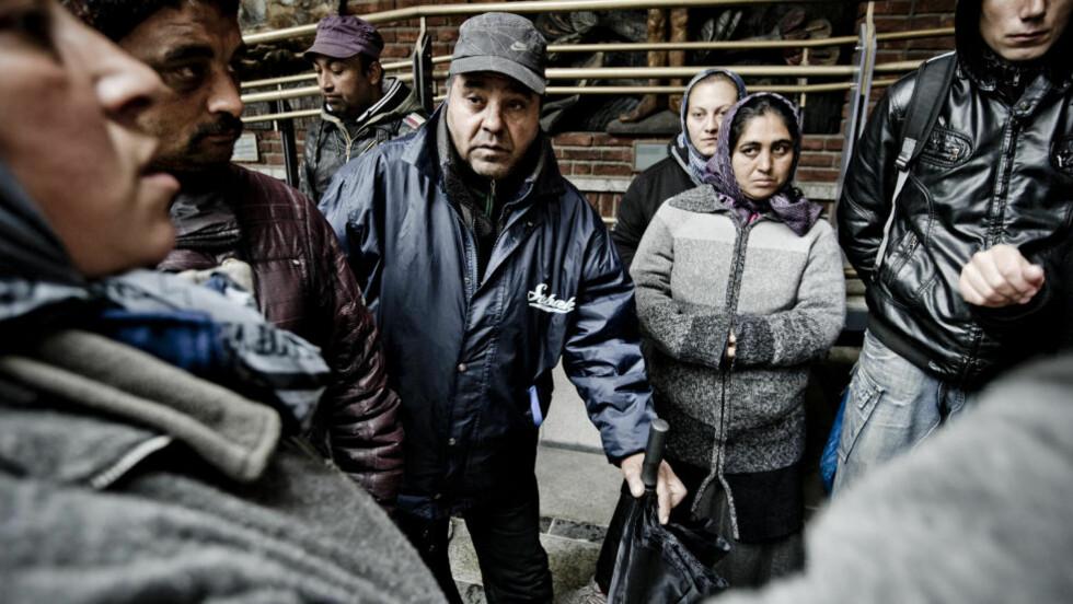 OPPRØRTE:  36 personer bodde i de fem teltene organisasjonen «Folk er folk» hadde satt opp i utmarka i Oslo. Disse ble tatt ned av politiet, og nå har organisasjonen anmeldt Oslo kommune mens politiet har anmeldt «Folk er folk». I dag møtte flere av de nå teltløse personene opp foran Oslo rådhus for å kreve teltene tilbake. F.v. Rozica (38), Nelu (30), Frim (51) Christinel (36) Lenuta (21) og Doru (26). Foto: Thomas Rasmus Skaug / Dagbladet