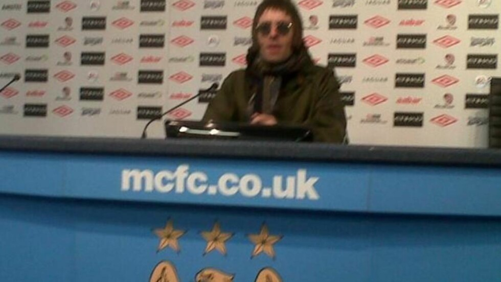 AVBRØT PRESSEKONFERANSE: Liam Gallagher kom inn i presserommet da Vincent Kompany holdt pressekonferanse. Foto: @SamWallaceIndy / Twitter