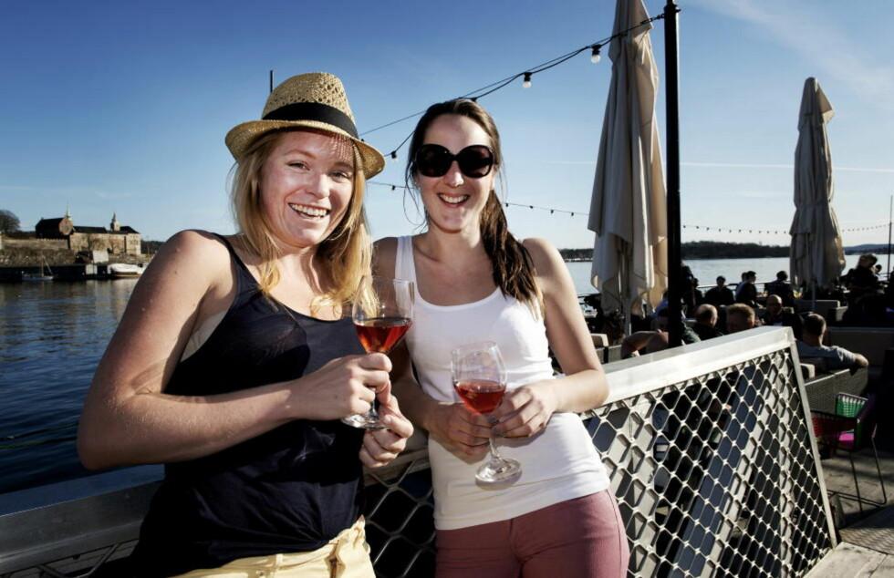SOMMEREN PÅ FORSKUDD: Madeleine Magnuson (26) og Jannicke Eilertsen (24) koser seg med et glass rosévin på Lektern på Aker Brygge i Oslo.  Foto: ØISTEIN NORUM MONSEN / DAGBLADET