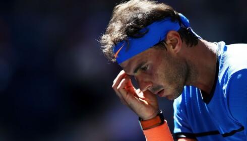 HÅRET BAK: Rafael Nadal gjør samme bevegelser før hver serv. Han drar seg i shortsen bak, og drar håret bak ørene. Foto: Elsa/Getty Images/AFP