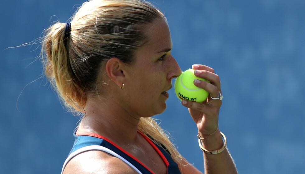 LUKTER PÅ BALL: Dominika Cibulkova lukter på ballen før hun server. Foto: AFP PHOTO / KENA BETANCUR